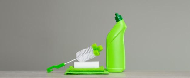 Set verde di prodotti per la pulizia e strumenti per la pulizia di primavera.