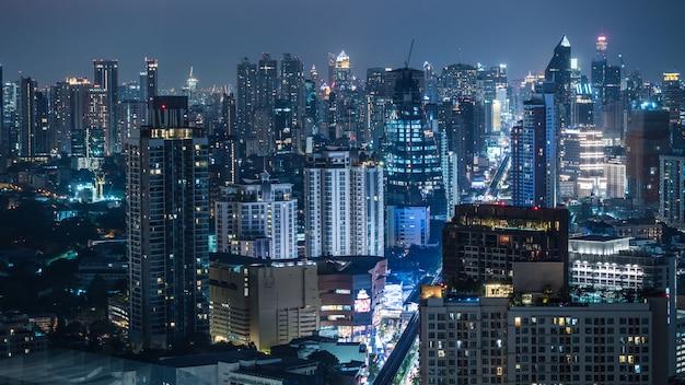 Settore commerciale a bangkok, in tailandia, mostrando edifici di notte