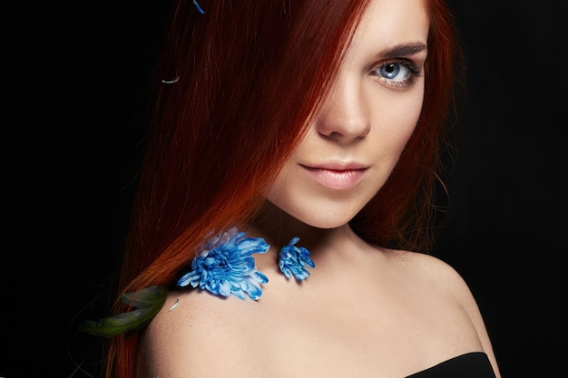 Sexy bella ragazza rossa con i capelli lunghi, bellezza