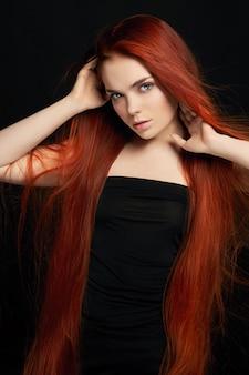 Sexy bella ragazza rossa con i capelli lunghi perfetto