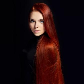 Sexy bella ragazza rossa con i capelli lunghi