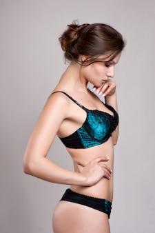 Sexy giovane donna in lingerie. luce soffusa e colori