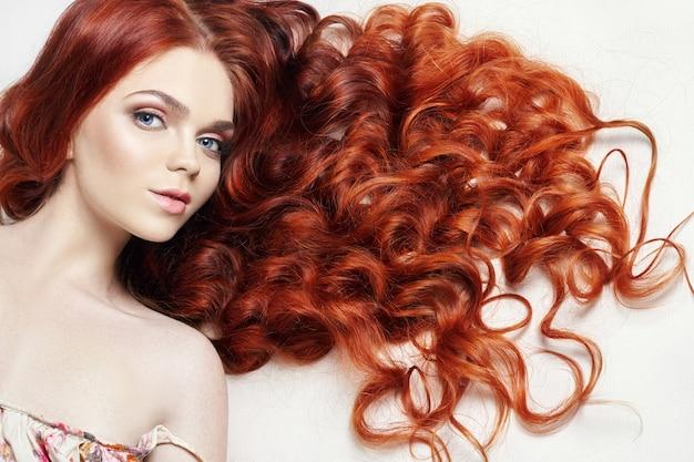 Sexy ragazza nuda bella rossa con i capelli lunghi