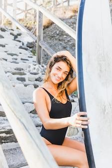 Sexy ragazza surfista