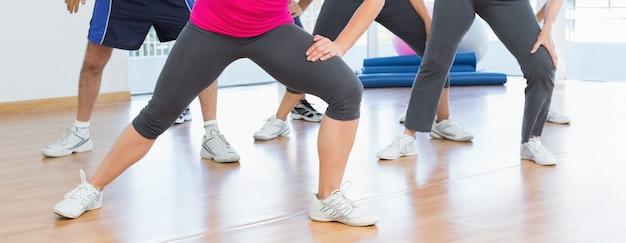 Sezione bassa di persone che fanno esercizio di fitness potenza
