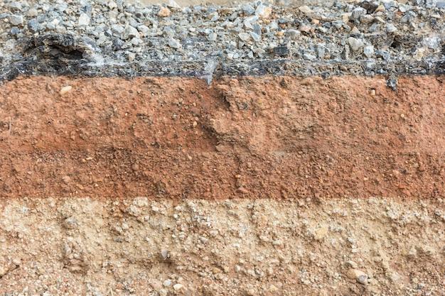 Sezione del suolo sotto la strada asfaltata come sfondo