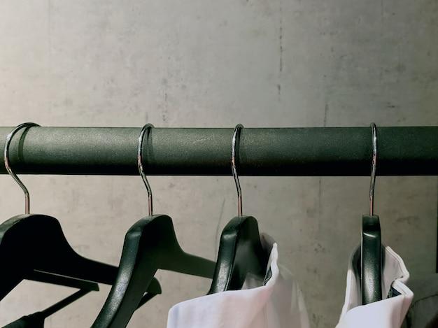 Sezione superiore dei ganci appendiabiti nell'armadio