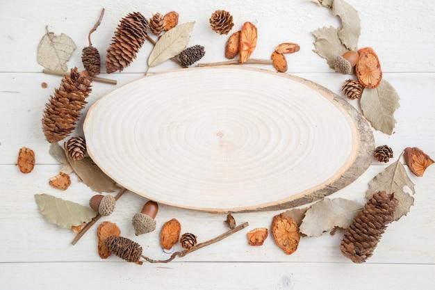 Sezione trasversale di un albero su un fondo di legno in stile autunnale. vista dall'alto