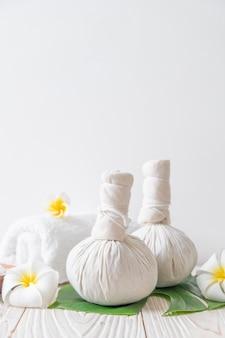 Sfera di compressione a base di erbe spa con candela e orchidea