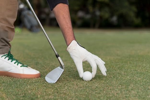 Sfera di golf dell'uomo del primo piano