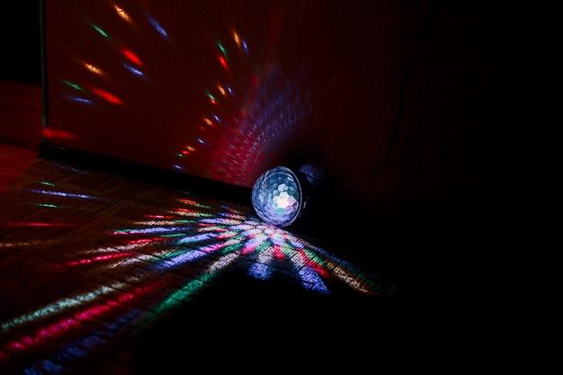 Sfera luminosa colorata in camera per disko