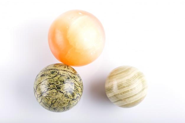 Sfere colorate di onice isolate su superficie bianca