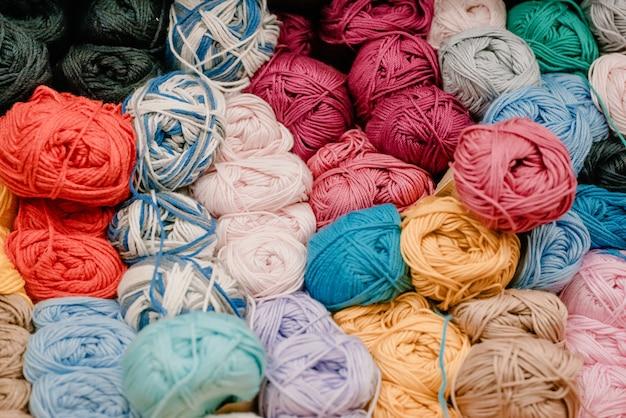 Sfere colorate differenti del filato nel negozio.