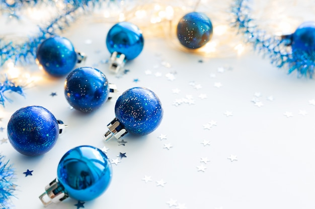 Sfere decorative blu di natale per l'albero di natale. copyspace.