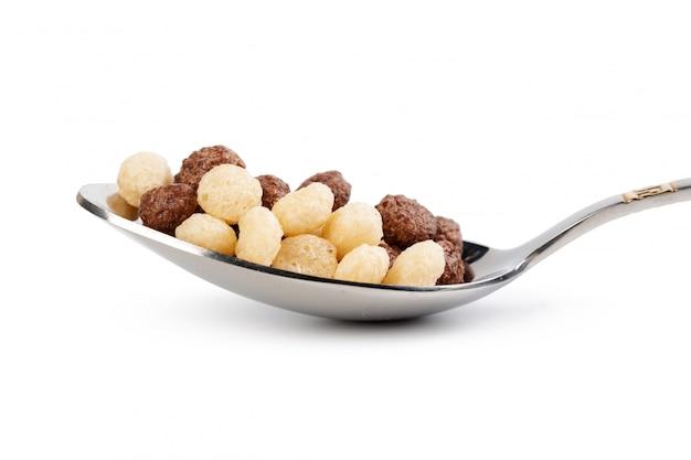 Sfere del cereale per la prima colazione isolata su bianco