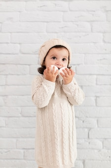 Sfere della neve della holding della bambina vicino al suo fronte