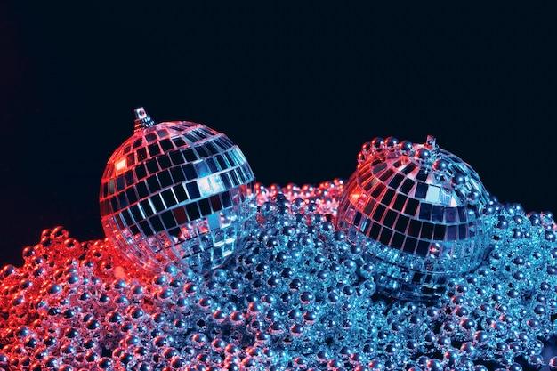 Sfere dello specchio della discoteca delle luci del partito sul nero