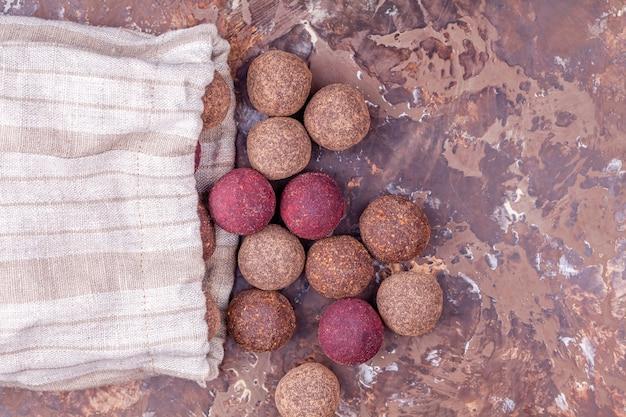 Sfere di energia di cacao crudo vegane fatte in casa nella borsa in tessuto artigianale