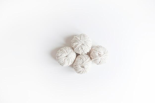 Sfere di filato bianco. matassa isolata del logo boho di lana. spazio per il testo