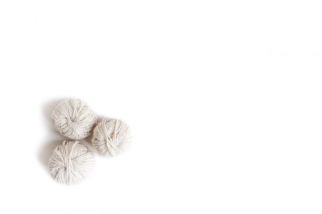 Sfere di filato bianco