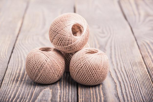 Sfere di filo per filati per maglieria su legno.