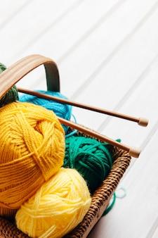 Sfere di lana in cesto