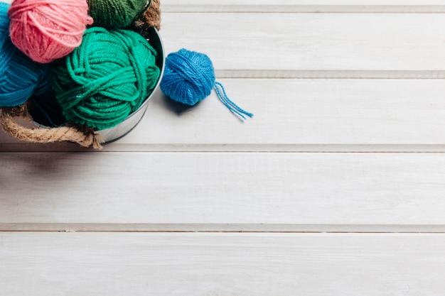 Sfere di lana in vaso e spazio sulla destra