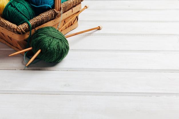 Sfere di lana verde e spazio