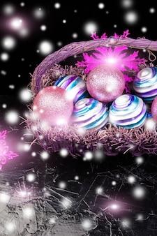 Sfere di natale in cestino viola. fiocchi di neve decorativi.