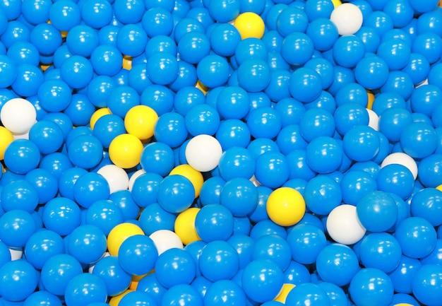 Sfere di plastica blu con qualche bianco e giallo per bambini.