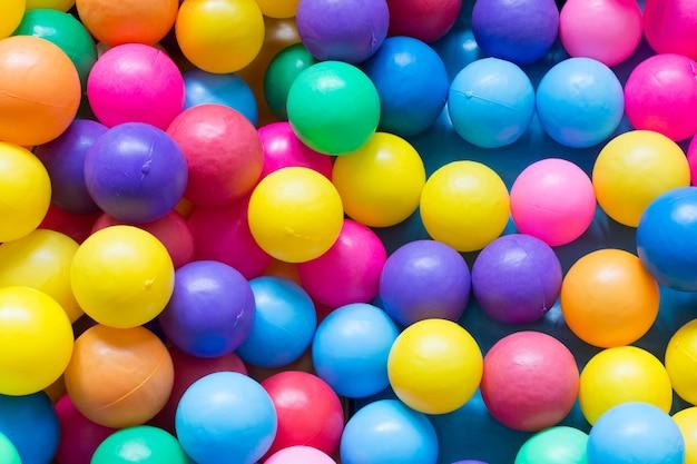 Sfere di plastica colorate sul campo da gioco per bambini