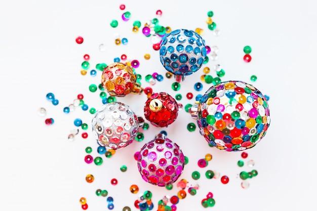 Sfere luminose di decorazioni natalizie, lustrini scintillanti colorati fatti a mano.