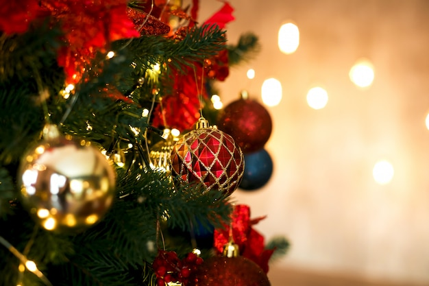 Sfere rosse e dorate della decorazione dell'albero di natale in colori classici.