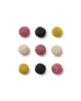 Sfere variopinte di energia delle caramelle del vegan su bianco isolato