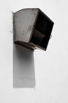 Sfiato industriale che esce da un edificio