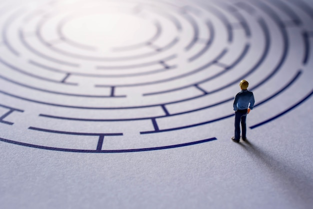 Sfida e concetto di successo. presente da miniature figure