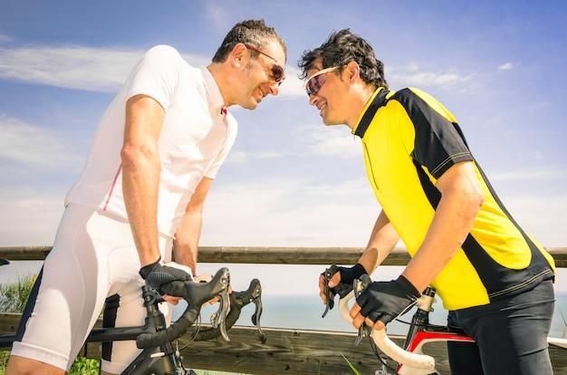 Sfidanti sportivi in bici da corsa