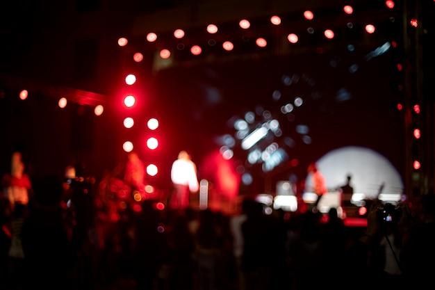 Sfocare l'immagine della luce sul concerto di musica