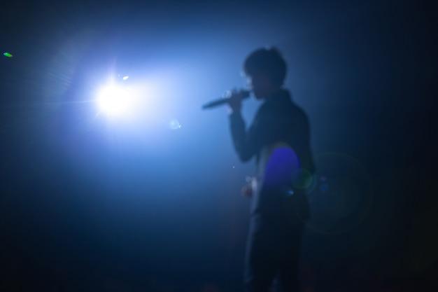 Sfocato del cantante sul palco del concerto