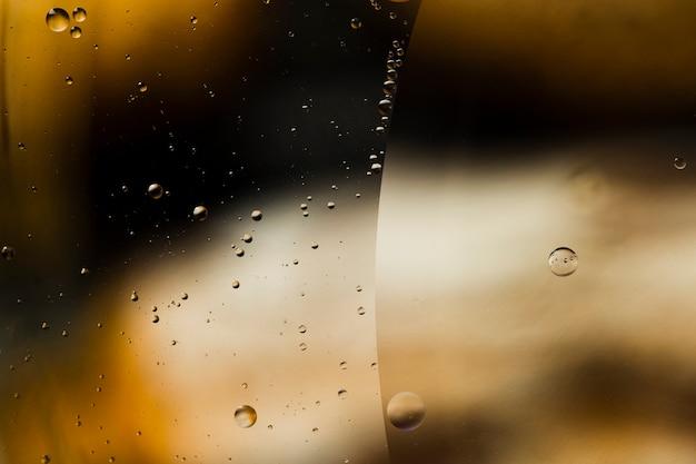 Sfocato sullo sfondo delle piogge con la rugiada