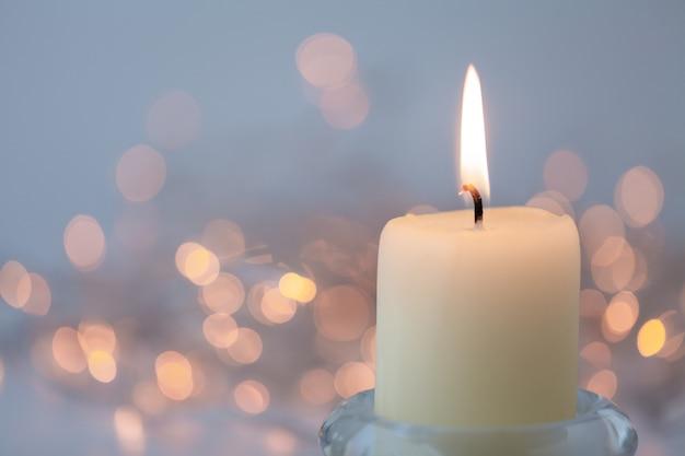 Sfocatura astratta leggera con candela