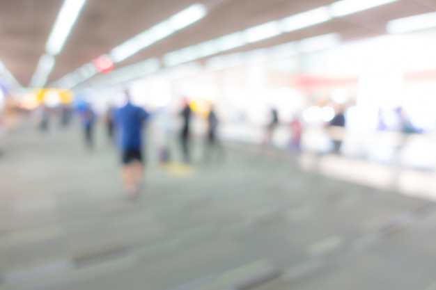 Sfocatura astratta passeggeri in aeroporto.
