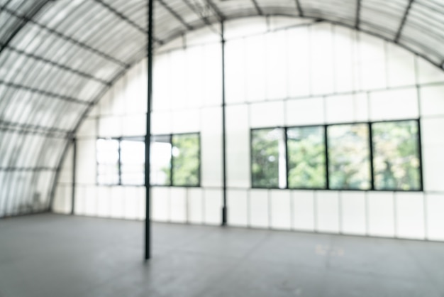 Sfocatura astratta stanza vuota con finestra di vetro