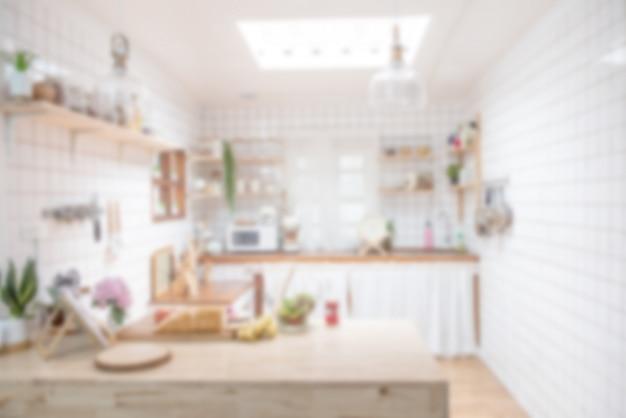 Sfocatura del design degli interni per la pubblicità, cucina classica minimalista scandinava con dettagli in legno e bianchi, cucina moderna con luce bokeh.