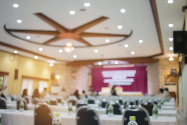 Sfocatura di uomini d'affari conferenza seminario con presentazione nella sala riunioni.