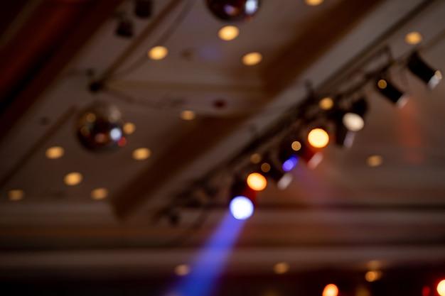 Sfocatura foto fascio di luce al coperto sala interna
