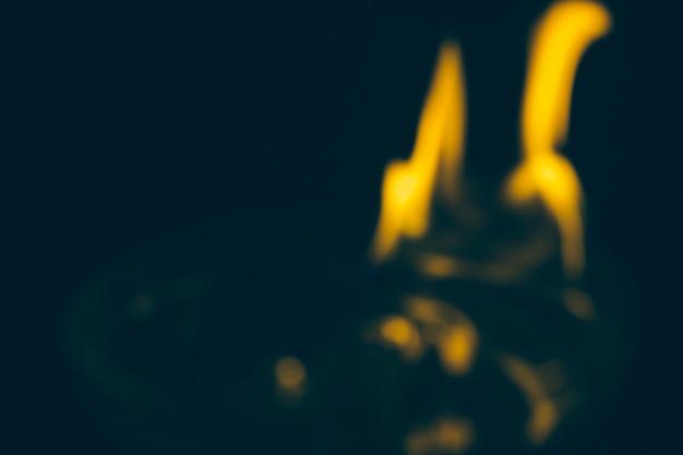 Sfocatura fuoco fiamma durante la notte