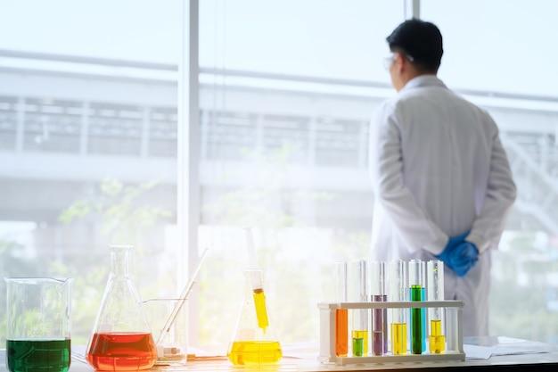 Sfocatura fuoco giovane scienziato maschio in piedi in laboratorio
