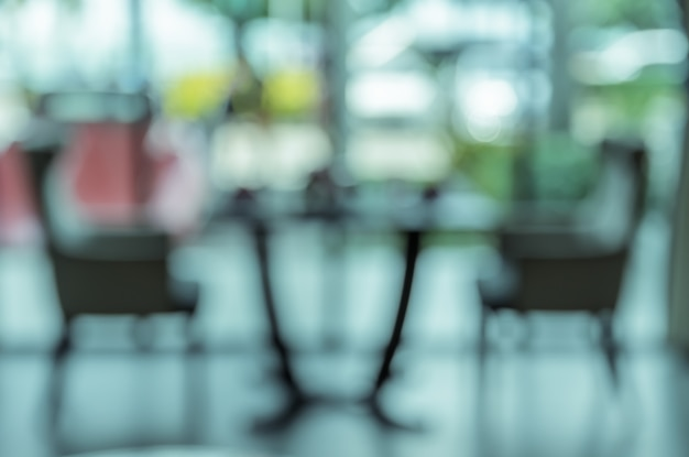 Sfocatura immagine di sfondo del divano accanto alla finestra nella hall