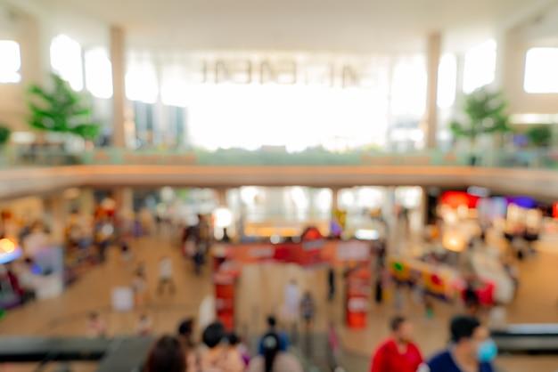 Sfocatura persone affollate all'interno del centro commerciale.
